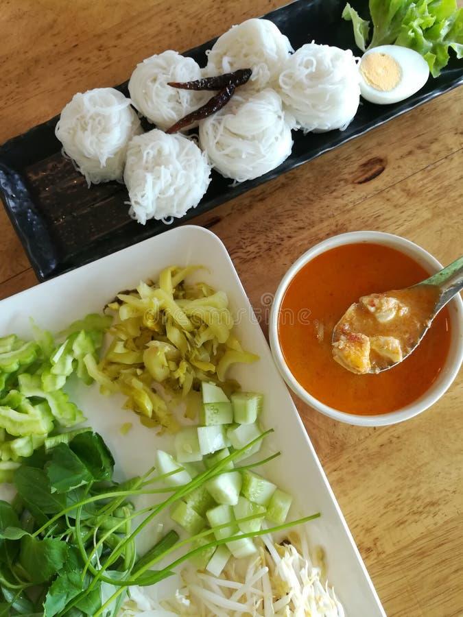 Macarronetes de arroz com molho de caril do caranguejo imagem de stock