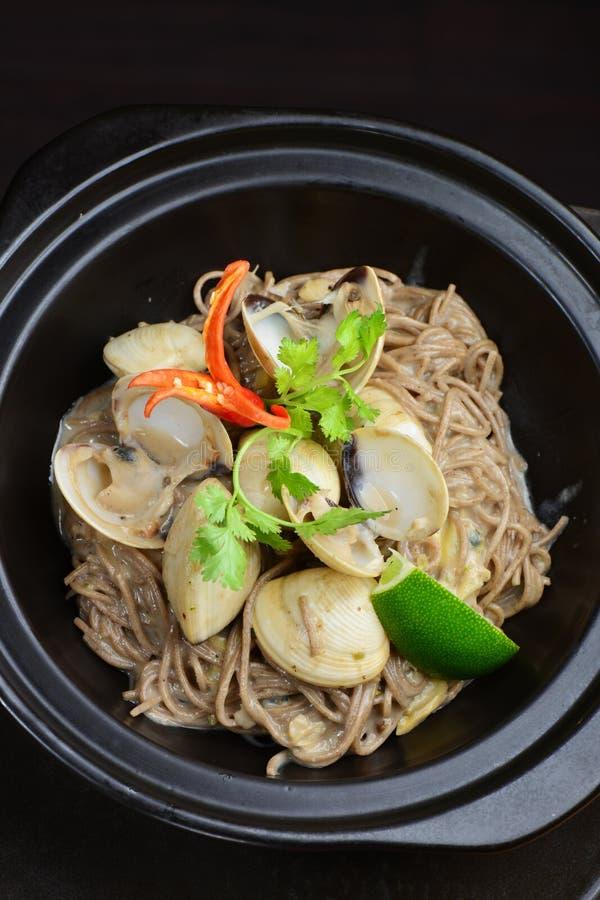 Macarronetes de arroz inteiros tailandeses da grão com marisco imagem de stock royalty free