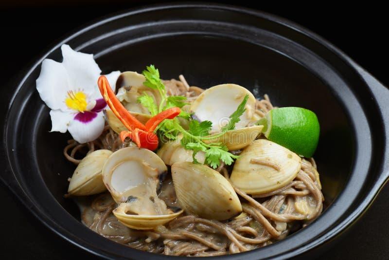 Macarronetes de arroz inteiros tailandeses da grão com marisco fotos de stock royalty free