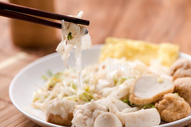 Macarronetes de arroz largos com vegetais, carne de porco e molho do tamarindo no Th fotos de stock royalty free