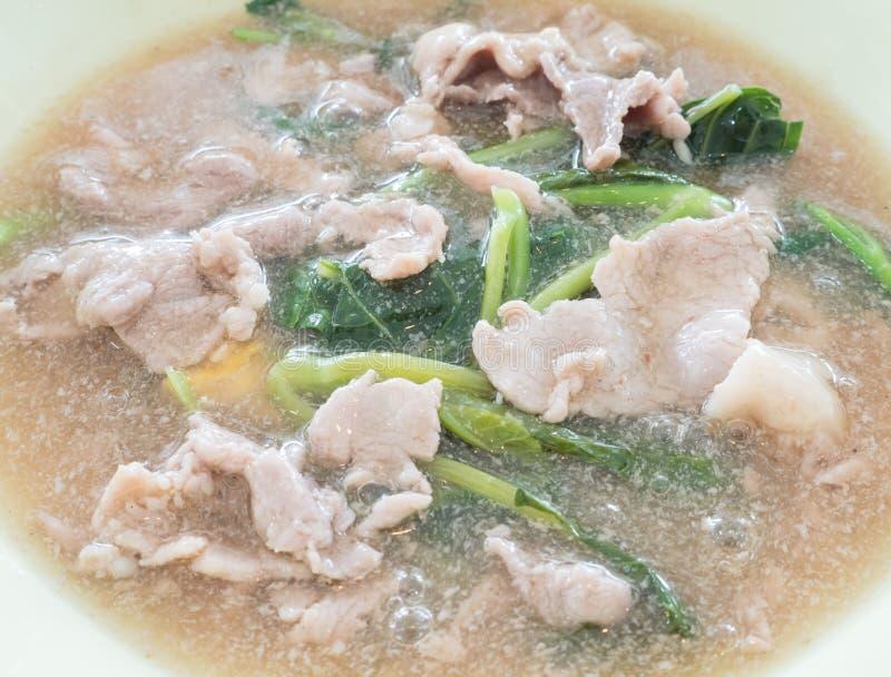 Macarronetes de arroz largos no molho grosso do molho com a couve chinesa imagens de stock royalty free