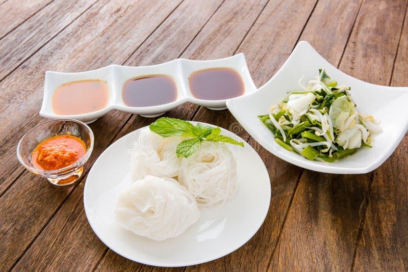 Macarronetes de arroz na culinária tailandesa tradicional doce do sauce/de caril, ric imagens de stock royalty free