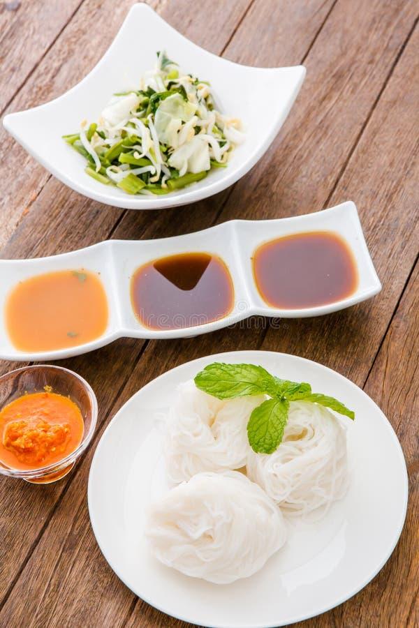 Macarronetes de arroz na culinária tailandesa tradicional doce do sauce/de caril, ric foto de stock