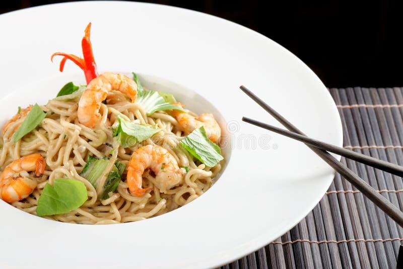 Macarronetes de arroz tailandeses do estilo com camarões imagem de stock royalty free
