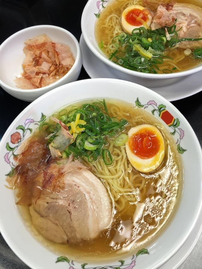 Macarronetes de ramen de Tonkotsu do japonês na sopa do caldo da carne de porco com boi macio fotos de stock