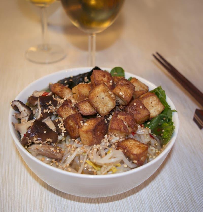 Macarronetes de ramen japoneses com os cogumelos do tofu e de shiitake fotos de stock