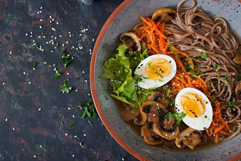 Macarronetes de ramen japoneses do miso com ovos, cenoura e cogumelos Alimento delicioso da sopa imagens de stock