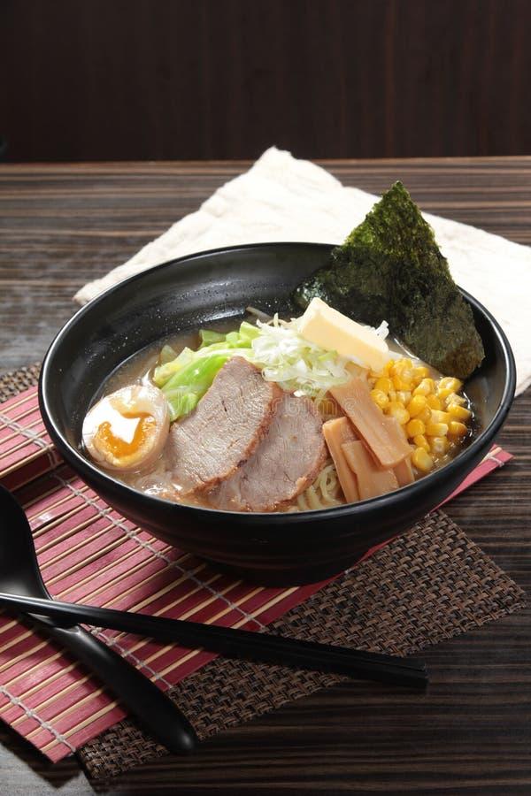 Macarronetes de ramen japoneses na sopa foto de stock