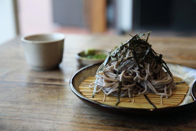 Macarronetes de Soba na tabela de madeira, alimento japonês fotografia de stock