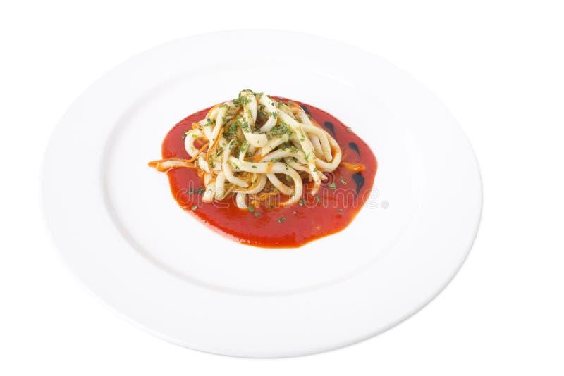 Macarronetes do calamar com molho vermelho delicioso fotos de stock