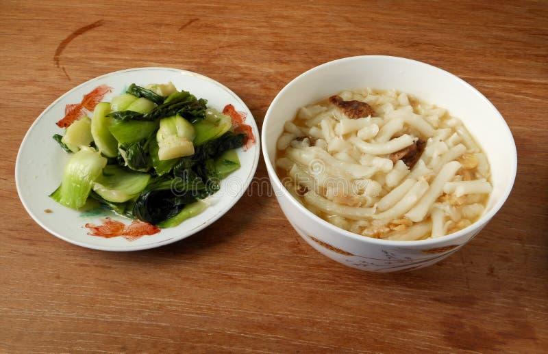 Macarronetes do divertimento de Lai do chinês e almoço simples choy fritado do bok foto de stock royalty free