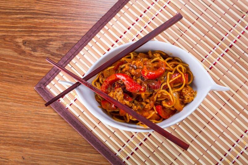 Macarronetes do mein da comida com galinha imagem de stock