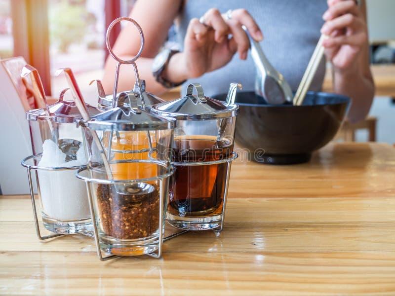 macarronetes do Tailandês-estilo que temperam o grupo na tabela de madeira foto de stock royalty free
