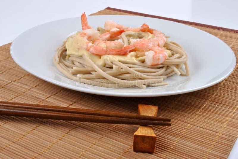 macarronetes do trigo com os camarões orgânicos do rei foto de stock