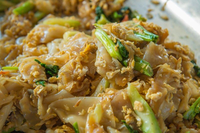 Macarronetes finos ateados fogo no molho de soja doce com carne de porco, estilo tailandês do alimento foto de stock
