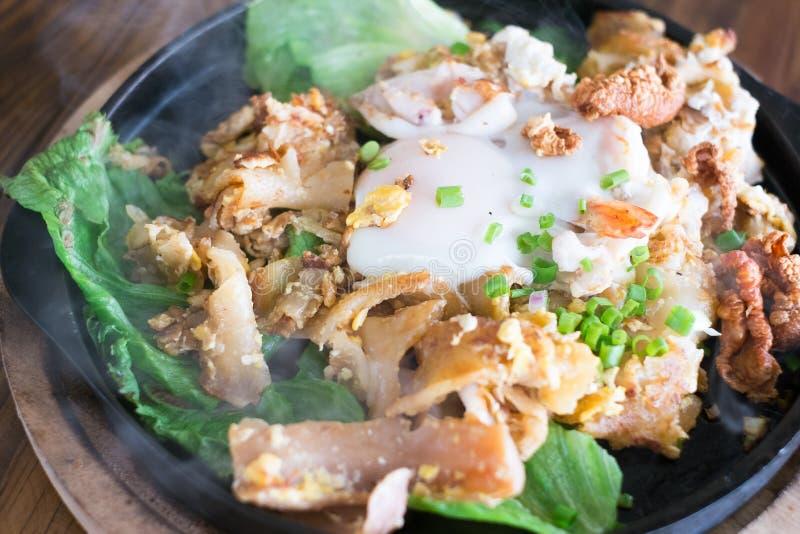 Macarronetes fritados agitação com galinha e ovo foto de stock royalty free