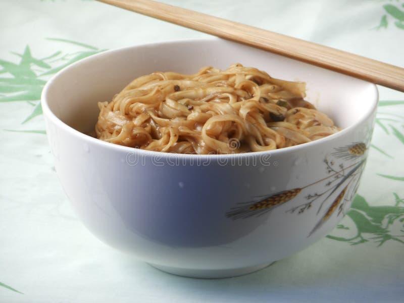 Macarronetes fritados chinês do molho fotografia de stock royalty free
