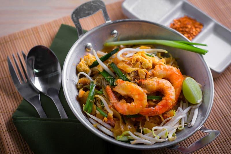 Macarronetes fritados tailandeses com camarão (almofada tailandesa), cuis popuplar de Tailândia fotos de stock royalty free