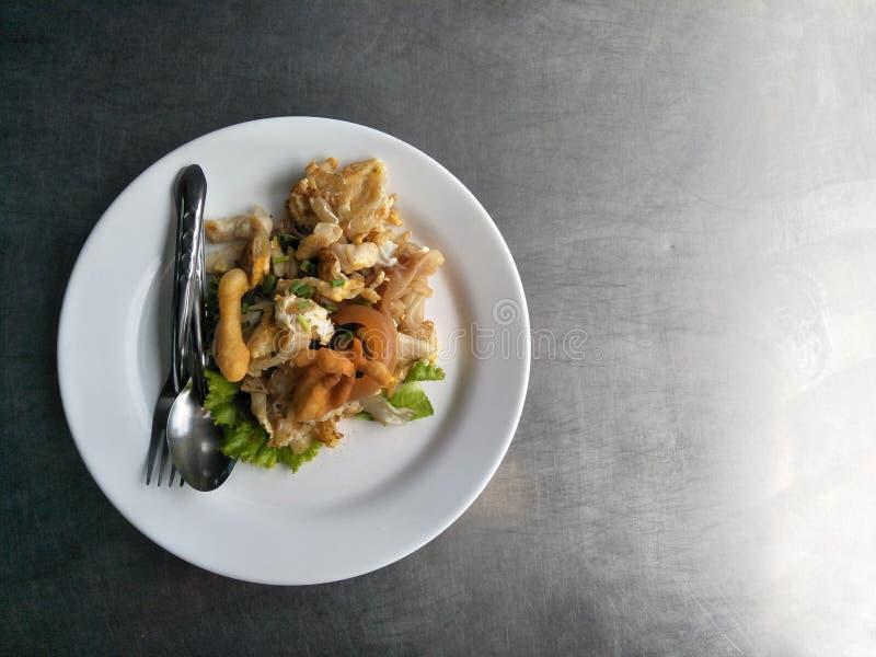 Macarronetes, galinha roasted, calamar, molhos de salada foto de stock