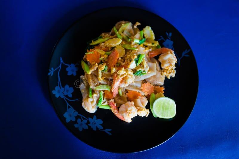Macarronetes lisos vegetais fritados do camarão foto de stock