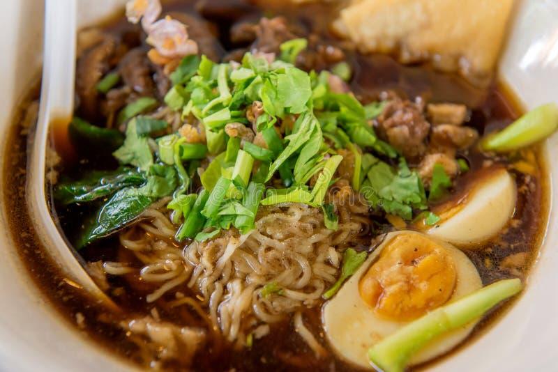 macarronetes ou sopa japonesa dos ramen com carne de porco e ovo no restaurante foto de stock