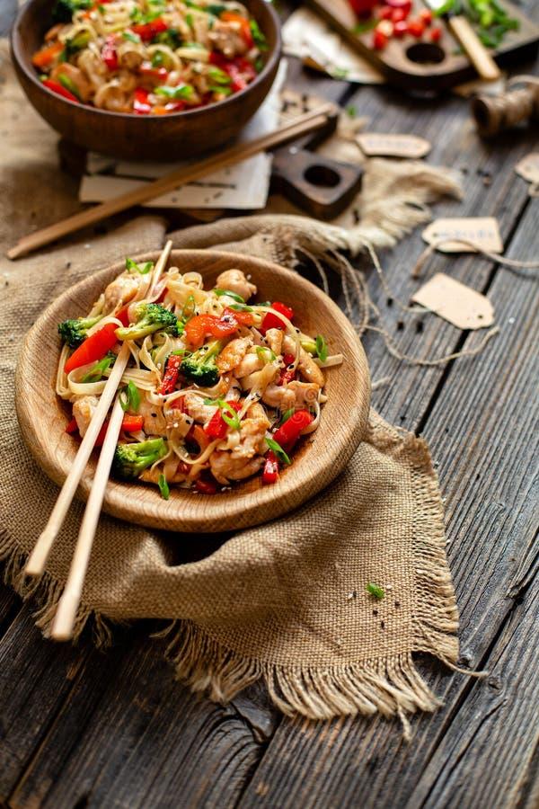 Macarronetes saborosos caseiros do frigideira chinesa com faixa do frango frito, brócolis, pimenta vermelha da bola, cebola verde imagens de stock royalty free