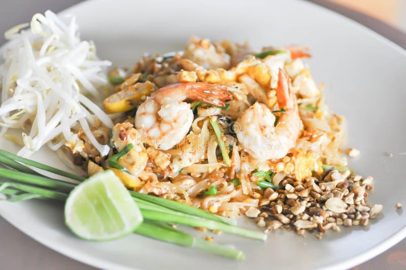 Macarronetes salteado com camarão no estilo tailandês ou almofada tailandesa imagem de stock