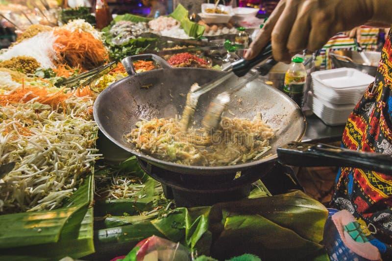 Macarronetes típicos de Tailândia Alimento tailandês da rua imagem de stock