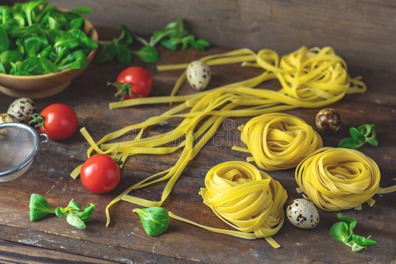 Macarronetes típicos italianos caseiros crus do linguine da massa imagens de stock