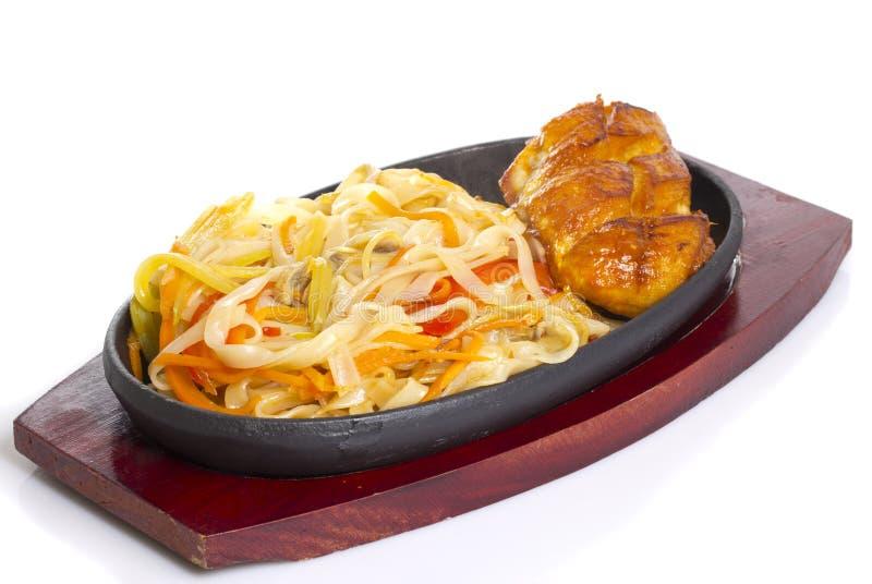 Macarronetes tailandeses do udon com a faixa grelhada da galinha imagens de stock royalty free