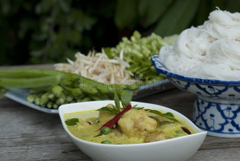 Macarronetes verdes do caril e de arroz imagem de stock royalty free