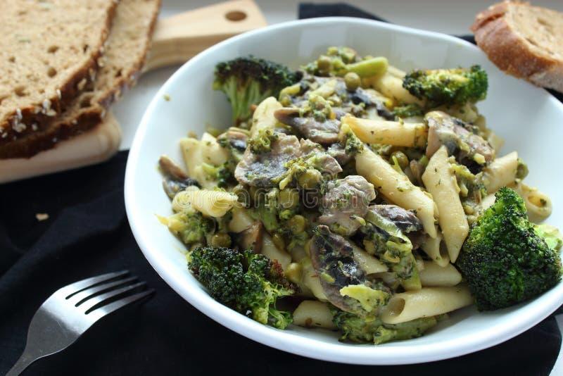 Macarroni del vegano con bróculi, guisantes y setas fotografía de archivo libre de regalías