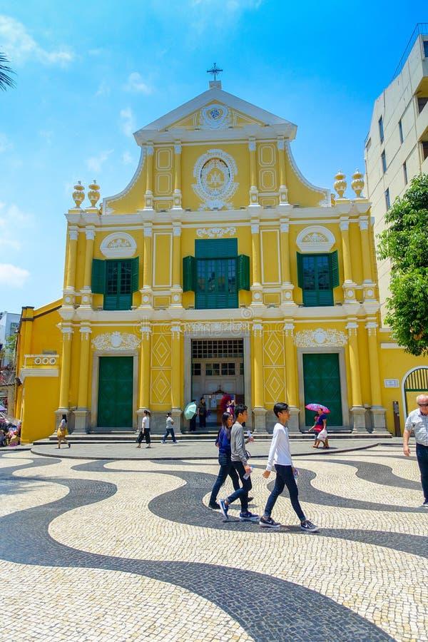 MACAU, CHINA 11 DE MAIO DE 2017: Um pessoa não identificado que anda ao redor do St bonito Dominic Church em Macau ST imagens de stock