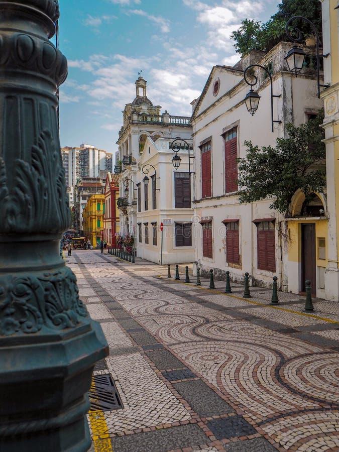 MACAU, CHINA - EM NOVEMBRO DE 2018: Construções coloniais velhas na paróquia de Lazaro do Sao com características portuguesas e d imagem de stock