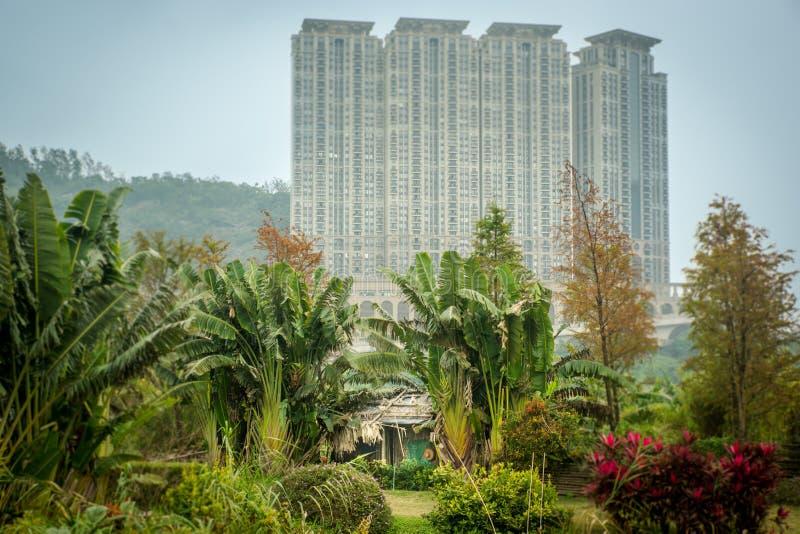 Macau/Macau-19 01 2018: A vista da cabana e do arranha-céus de bambu em Macau foto de stock royalty free