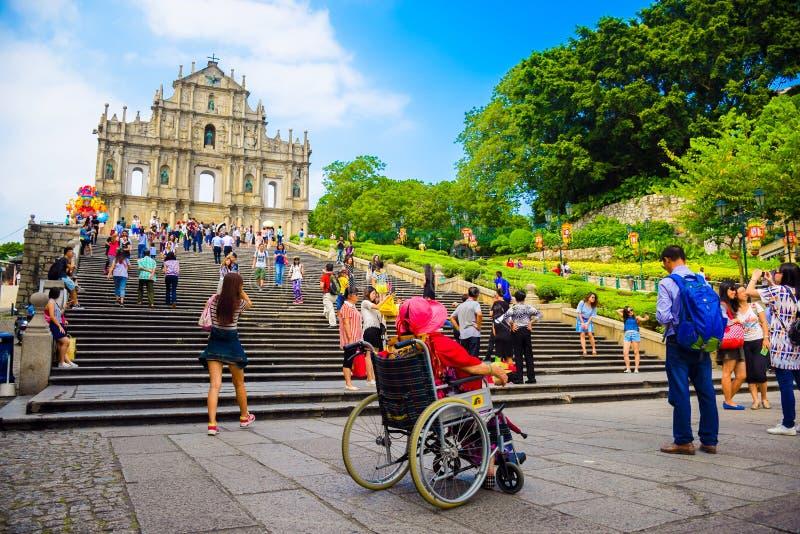 Macau, wrzesień 18, 2015: Ruiny St Paul ` s są 17 wieków kościół Portugalskimi jeden Macau ` s najbardziej znany punkty zwrotni i obrazy royalty free