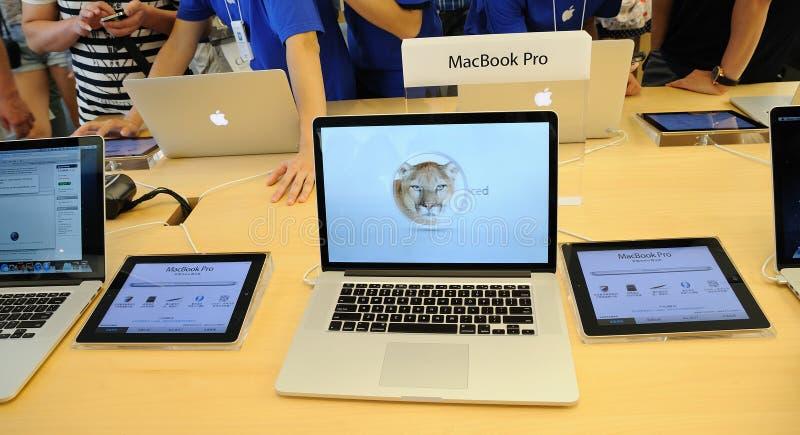Macbook赞成显示在Apple存储 库存照片