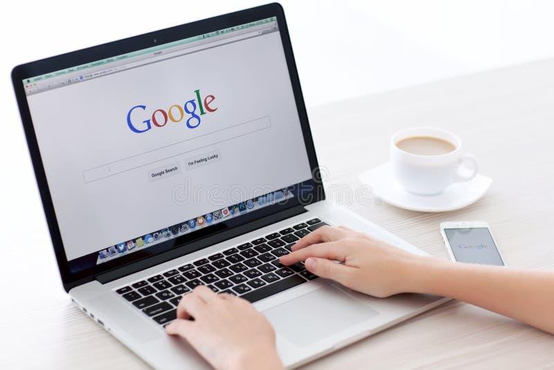 MacBook赞成视网膜和iPhone与谷歌主页的5s在sc 免版税库存照片