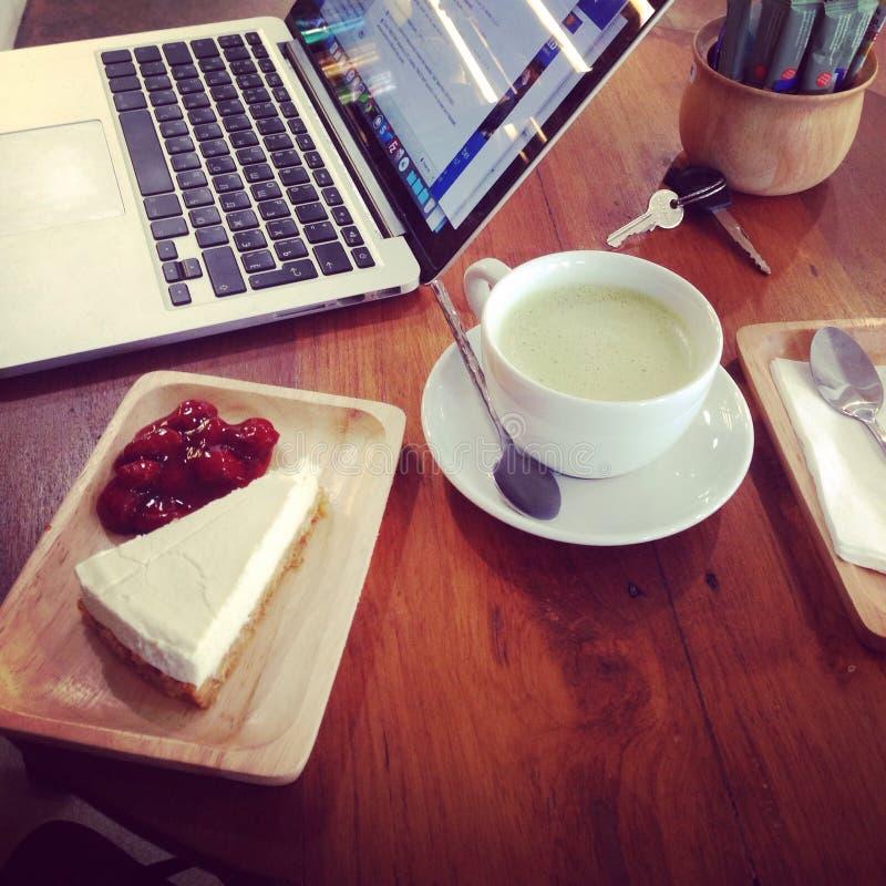 Macbook do bolo do latte do verde do trabalho do bom dia fotos de stock