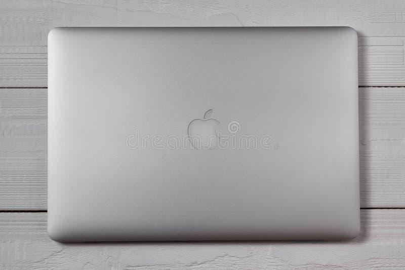 Macbook favorable en la tabla de madera imagen de archivo