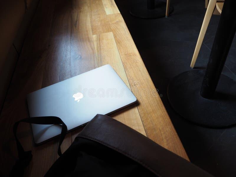 Macbook-Laptop, cumputer auf der Bank stockfoto