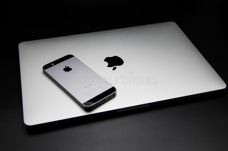 Macbook Pro-2016 berühren Stange und Iphone Se auf die Oberseite lizenzfreie stockbilder
