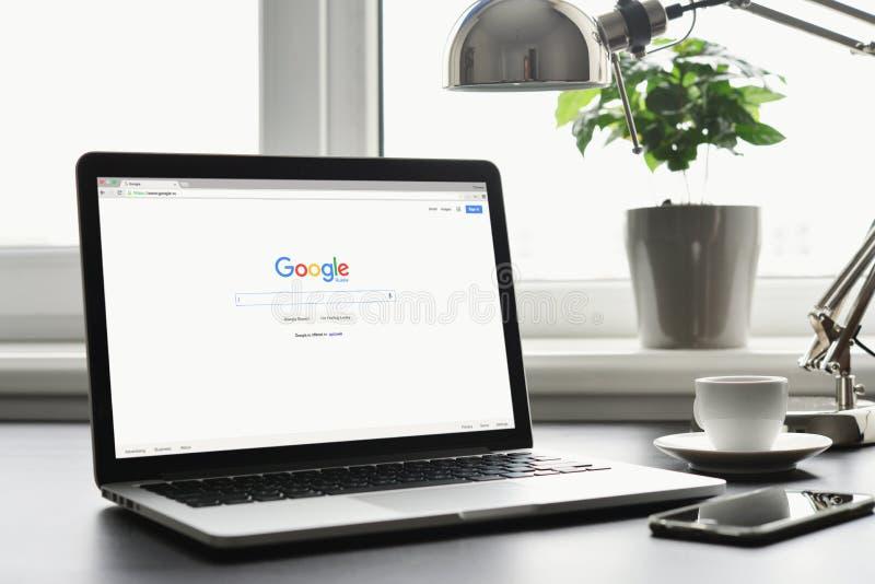 Macbook Pro met Google app op het scherm royalty-vrije stock fotografie