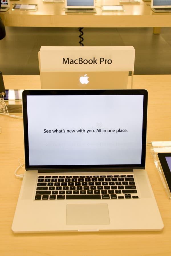 MacBook Pro novo em Apple Store fotos de stock royalty free