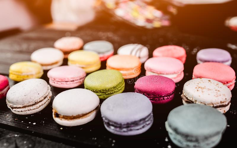 Maccherone del dolce nel fondo della nebbia Chiuda sul dessert del macaron sopra la collina Biscotti di mandorla variopinti nel r fotografie stock libere da diritti