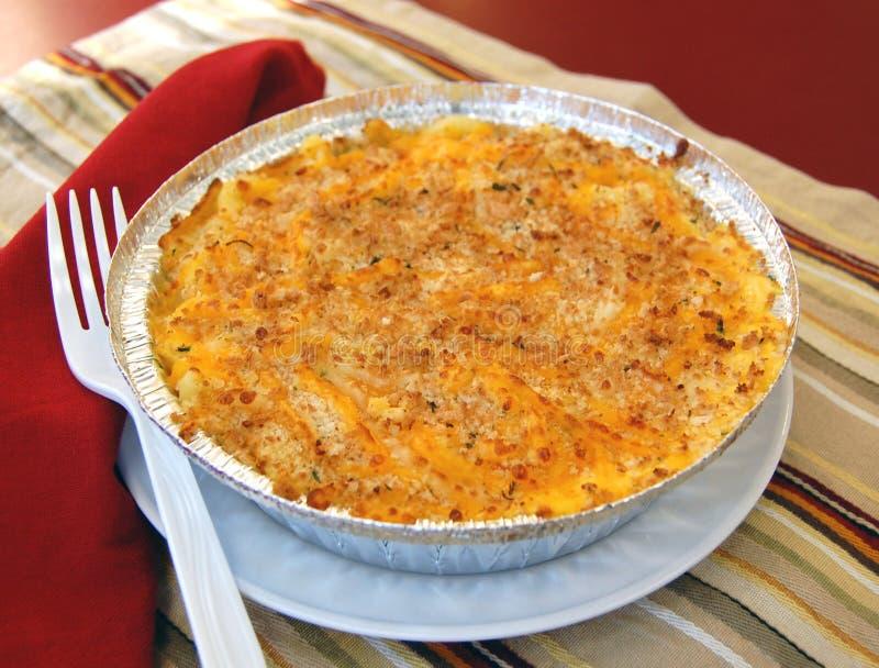 Maccheroni al forno e formaggio in una pentola immagini stock