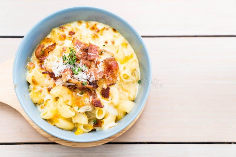Maccheroni con formaggio e bacon fotografia stock libera da diritti