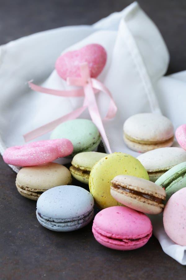 Maccheroni francesi multicolori dei biscotti di mandorla immagini stock libere da diritti