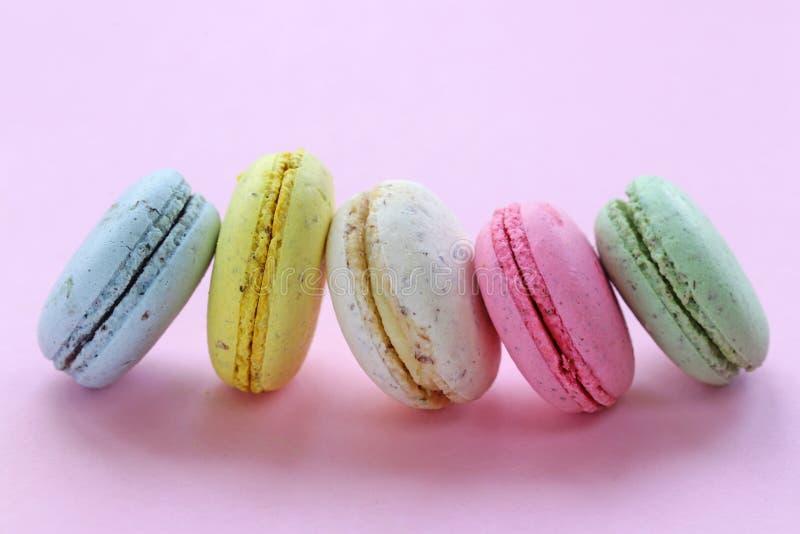 Maccheroni multicolori francesi dei biscotti di mandorla fotografia stock