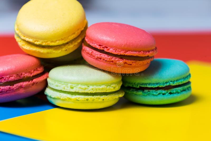 Maccheroni o macaron francesi dolci e colourful su fondo variopinto Dessert squisito immagine stock libera da diritti